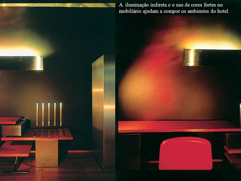 A iluminação indireta e o uso de cores fortes no mobiliário ajudam a compor os ambientes do hotel
