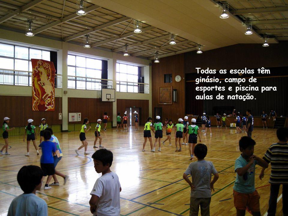 Todas as escolas têm ginásio, campo de esportes e piscina para aulas de natação.