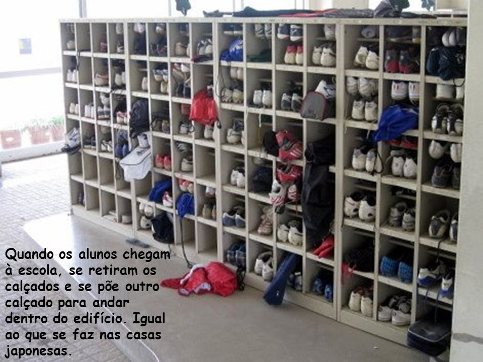 Quando os alunos chegam à escola, se retiram os calçados e se põe outro calçado para andar dentro do edifício.