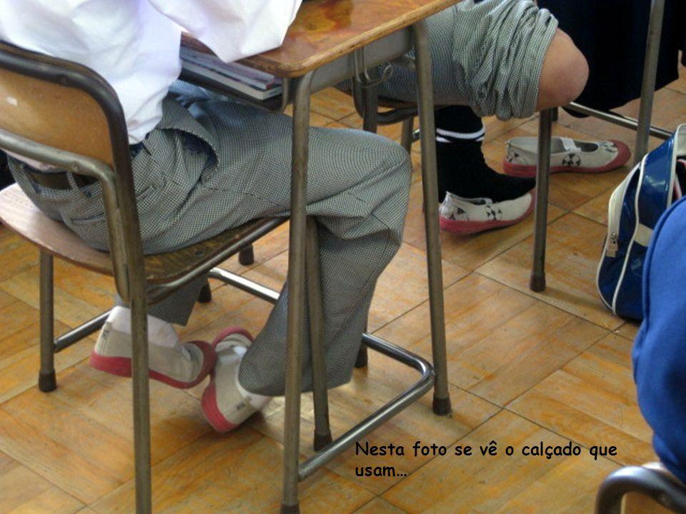 Nesta foto se vê o calçado que usam…