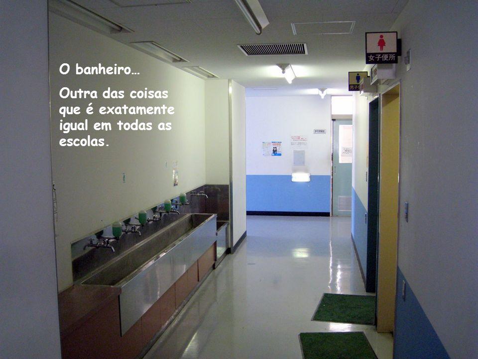 O banheiro… Outra das coisas que é exatamente igual em todas as escolas.