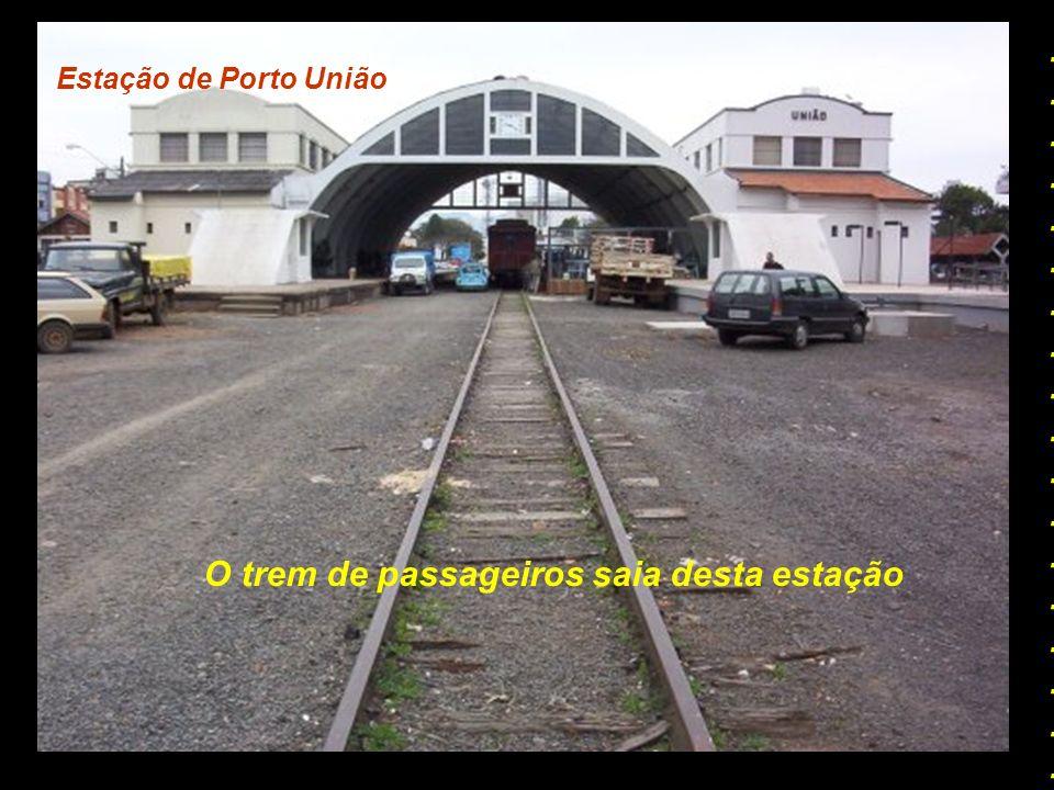 O trem de passageiros saia desta estação