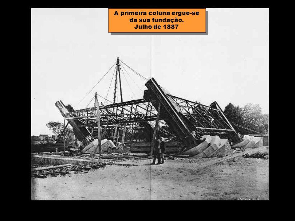 A primeira coluna ergue-se da sua fundação. Julho de 1887