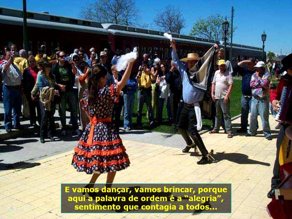 P0008801 - CHILE-SANTA CRUZ - FESTA NA ESTAÇÃO DE TREM