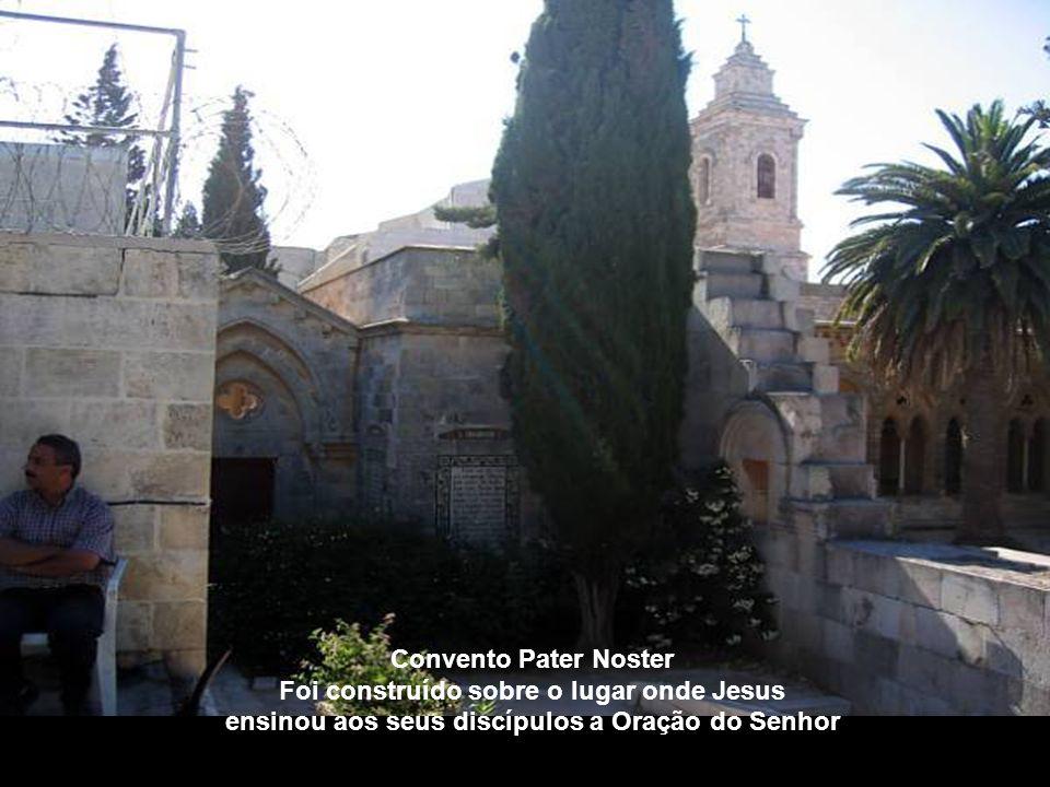 Foi construído sobre o lugar onde Jesus