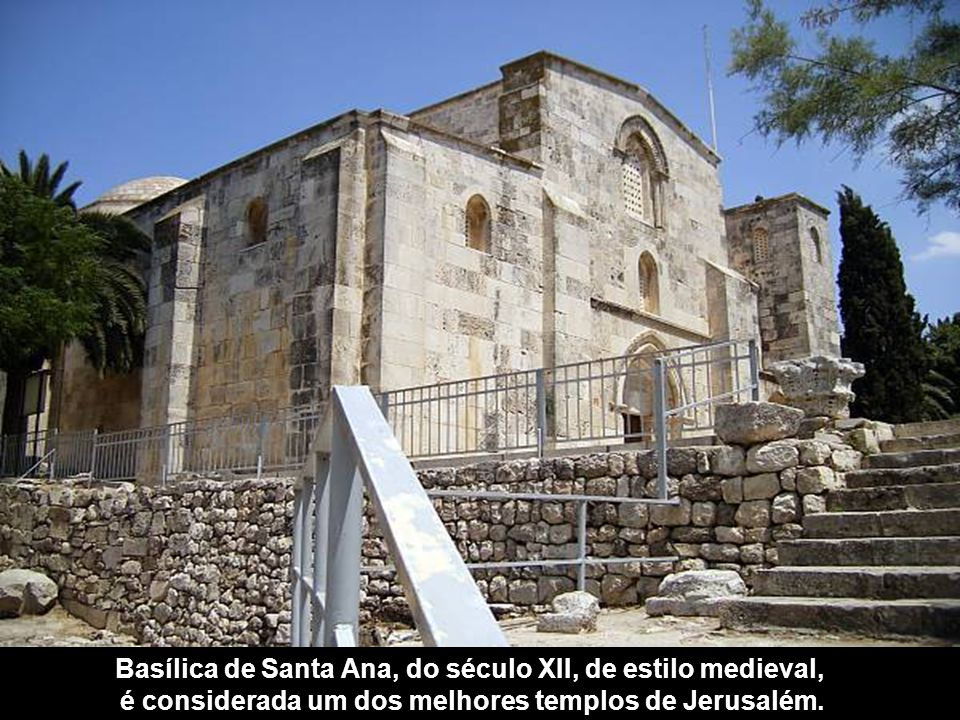 Basílica de Santa Ana, do século XII, de estilo medieval,
