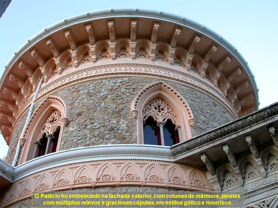 O Palácio foi embelezado na fachada exterior, com colunas de mármore, janelas com múltiplos relevos e graciosas cúpulas, em estilos gótico e mourisco.
