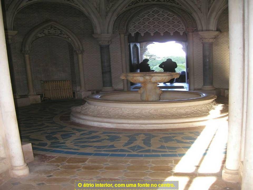 O átrio interior, com uma fonte no centro.