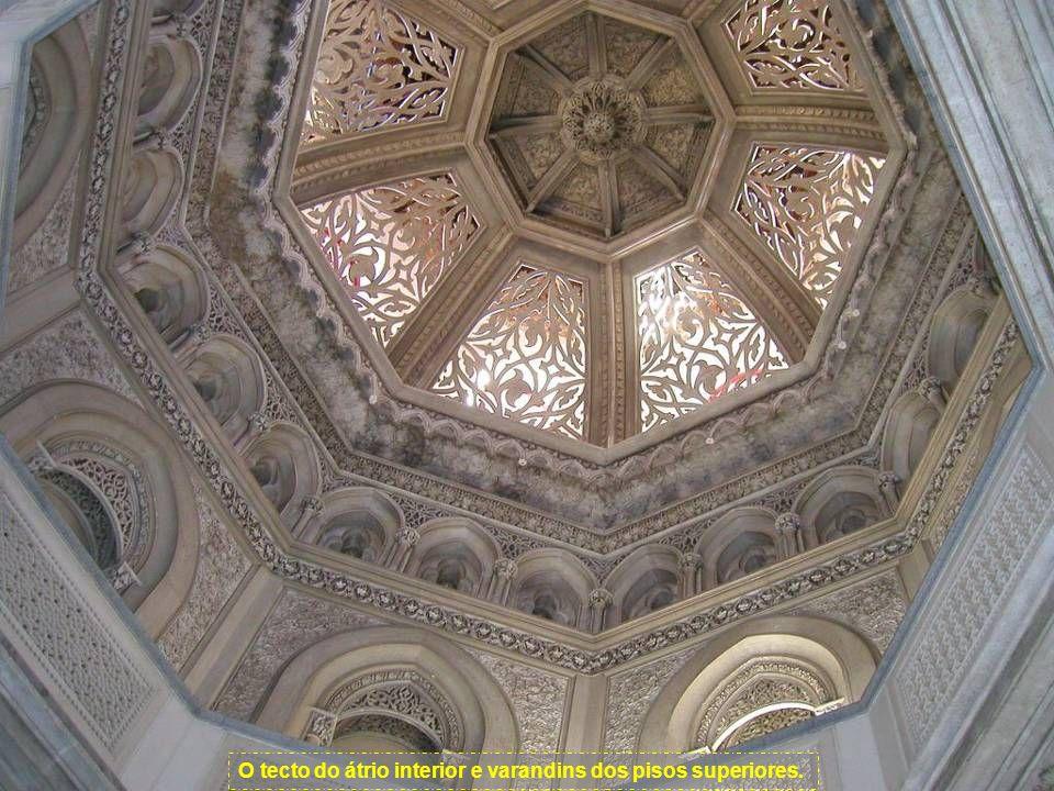 O tecto do átrio interior e varandins dos pisos superiores.