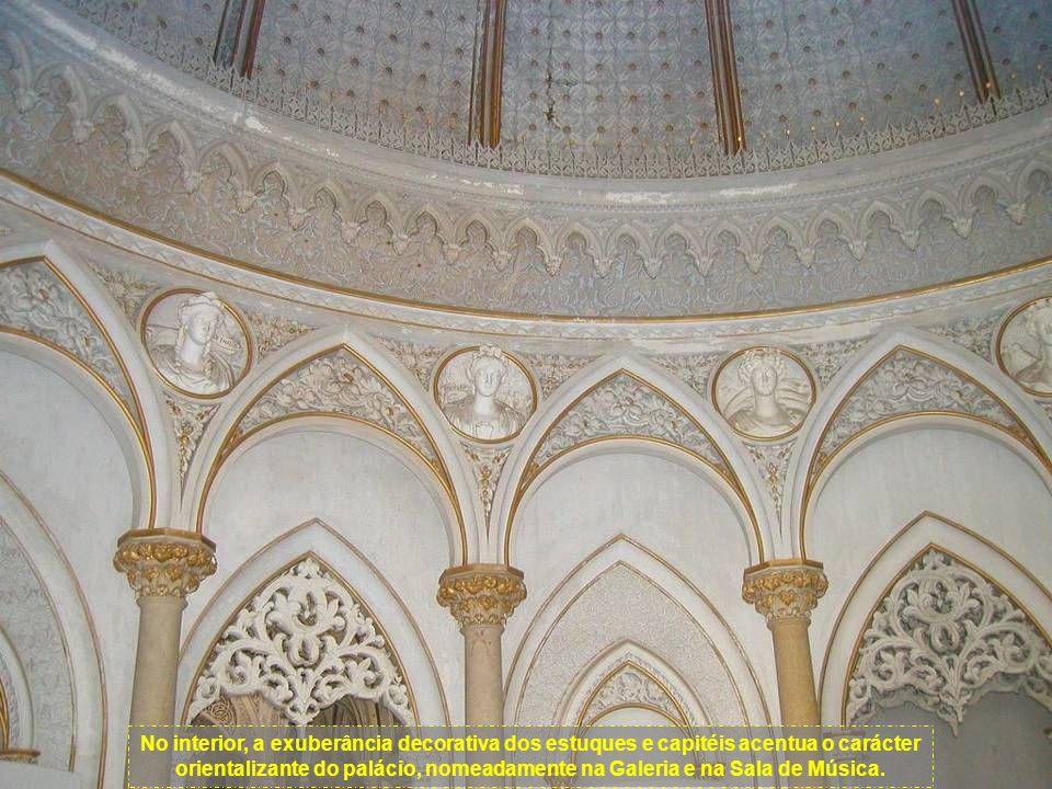 No interior, a exuberância decorativa dos estuques e capitéis acentua o carácter orientalizante do palácio, nomeadamente na Galeria e na Sala de Música.