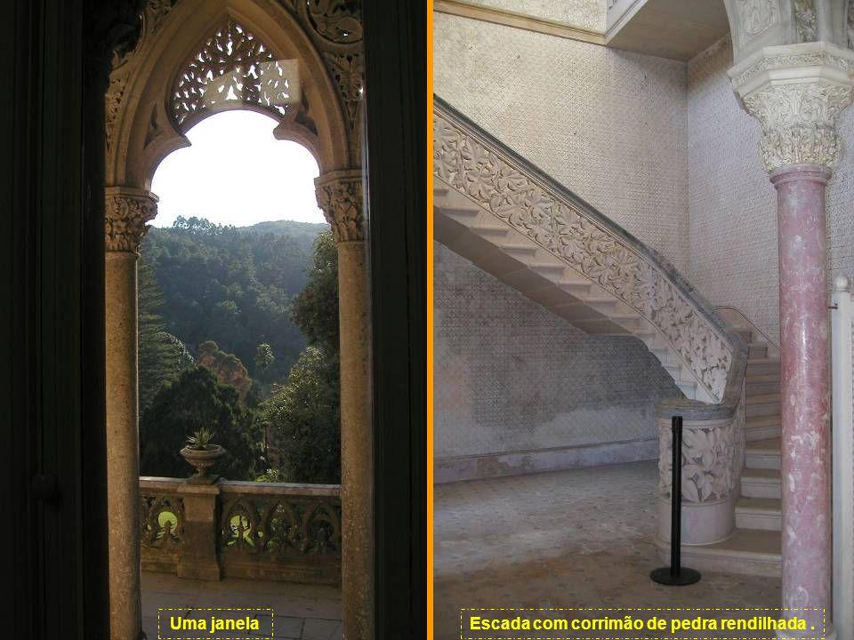 Escada com corrimão de pedra rendilhada .
