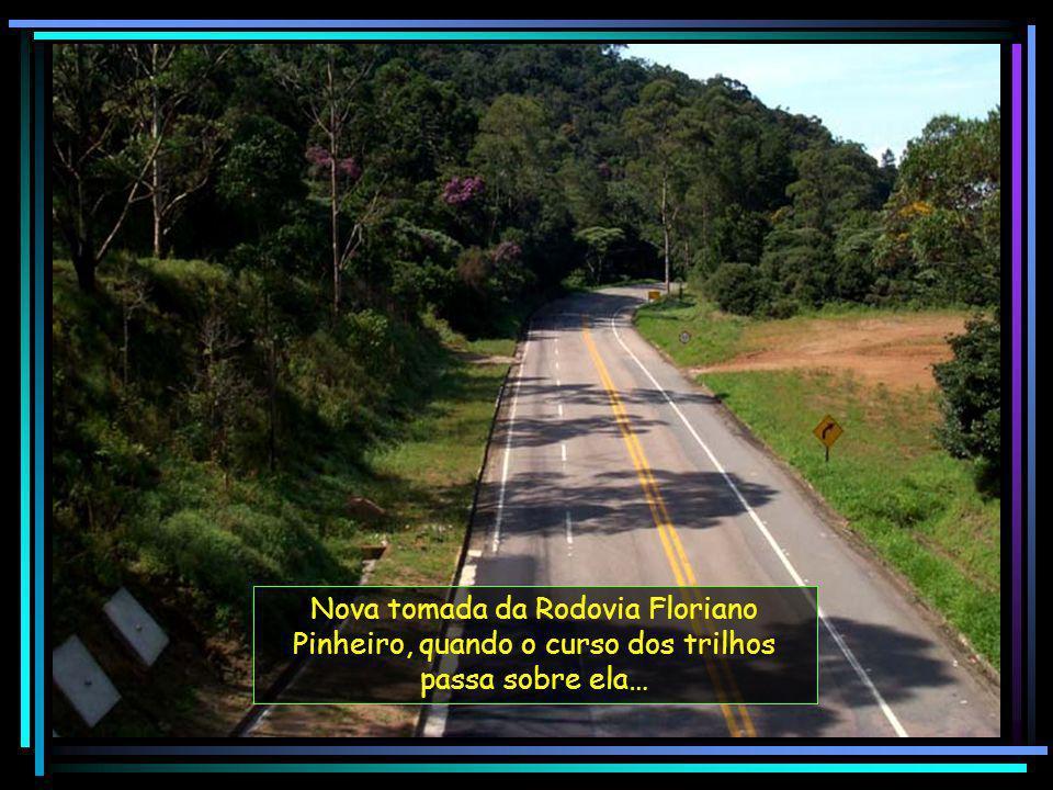 Nova tomada da Rodovia Floriano Pinheiro, quando o curso dos trilhos passa sobre ela…