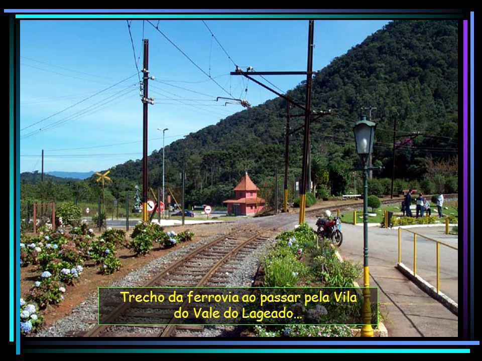 Trecho da ferrovia ao passar pela Vila