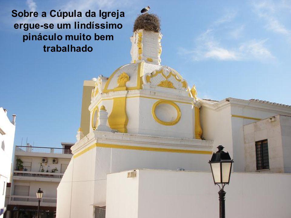 Sobre a Cúpula da Igreja ergue-se um lindíssimo pináculo muito bem trabalhado
