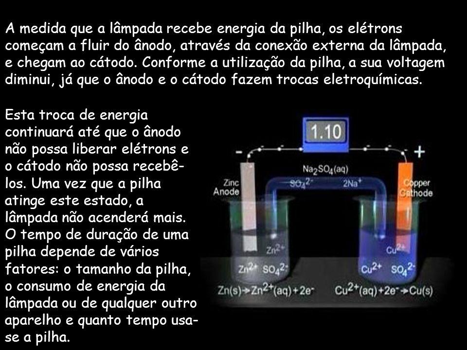 A medida que a lâmpada recebe energia da pilha, os elétrons começam a fluir do ânodo, através da conexão externa da lâmpada, e chegam ao cátodo. Conforme a utilização da pilha, a sua voltagem diminui, já que o ânodo e o cátodo fazem trocas eletroquímicas.