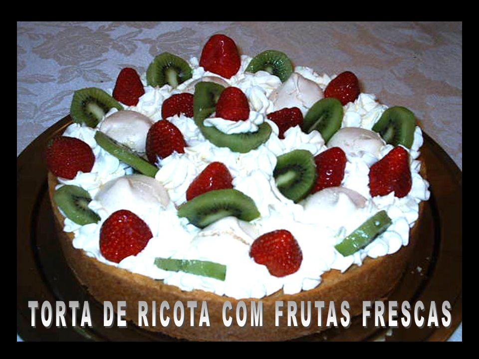 TORTA DE RICOTA COM FRUTAS FRESCAS