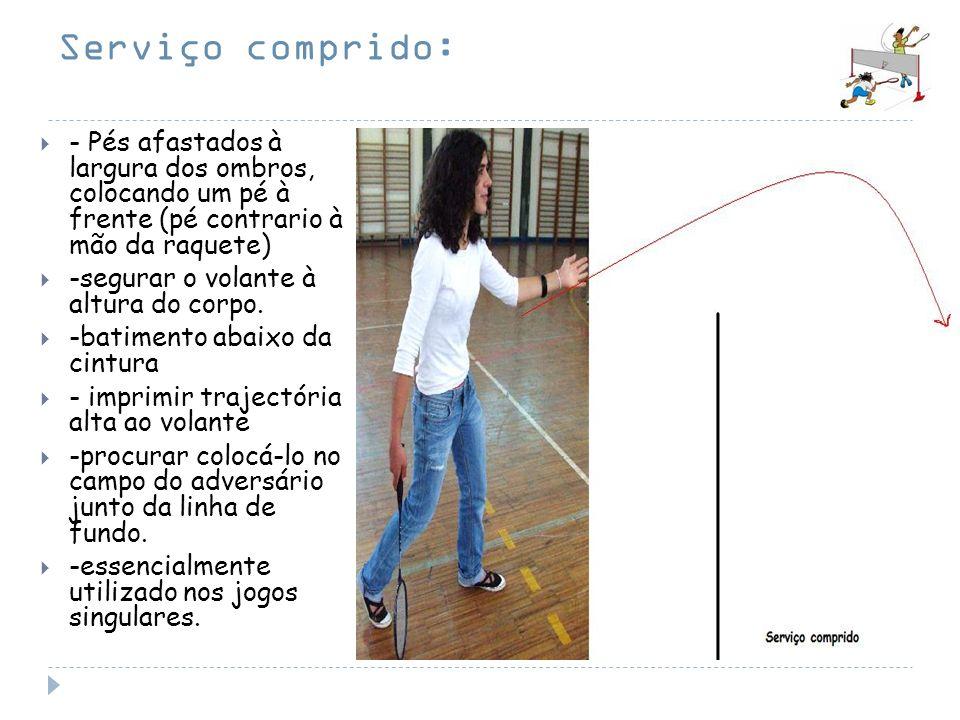 Serviço comprido: - Pés afastados à largura dos ombros, colocando um pé à frente (pé contrario à mão da raquete)
