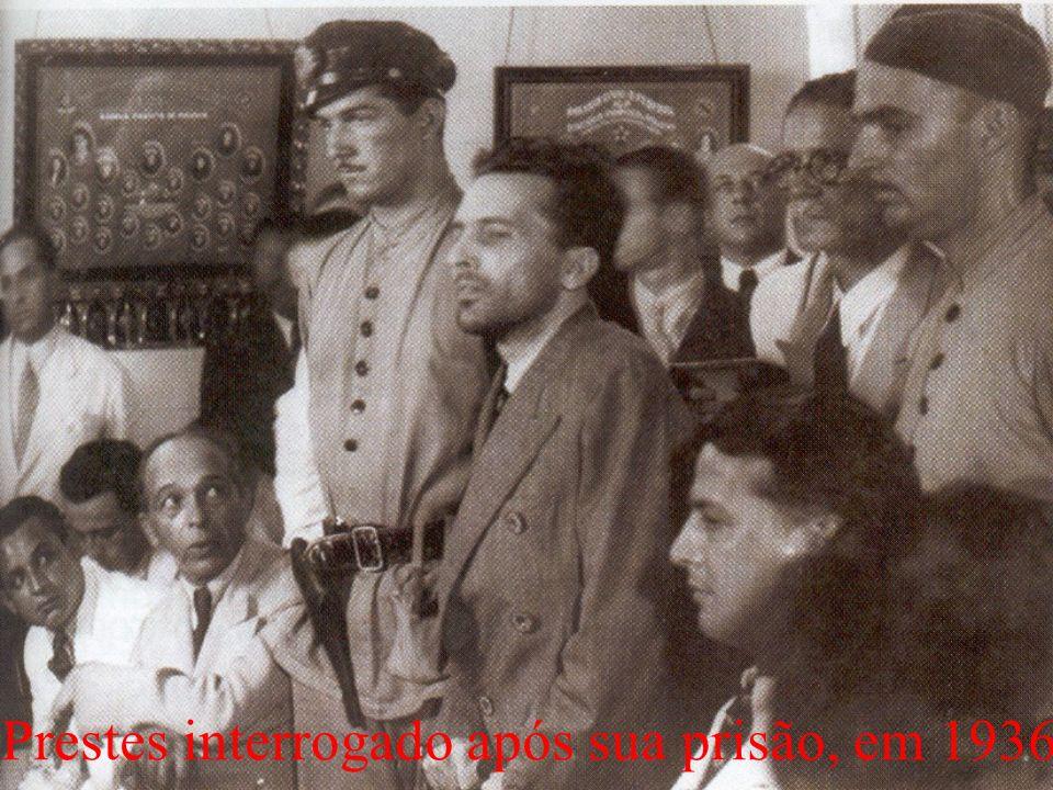 Prestes interrogado após sua prisão, em 1936