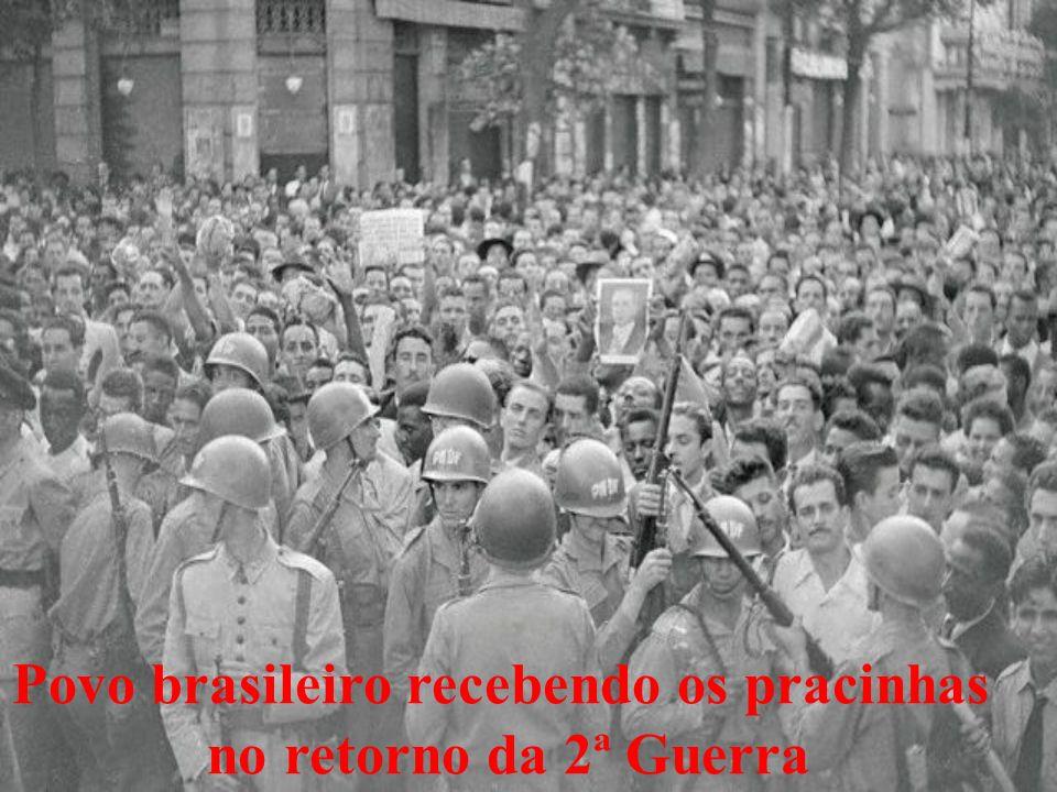 Povo brasileiro recebendo os pracinhas
