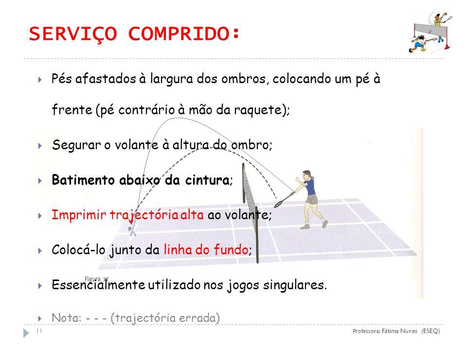 (ESEQ 09) SERVIÇO COMPRIDO: Pés afastados à largura dos ombros, colocando um pé à frente (pé contrário à mão da raquete);
