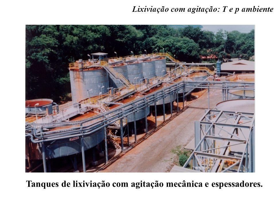 Tanques de lixiviação com agitação mecânica e espessadores.