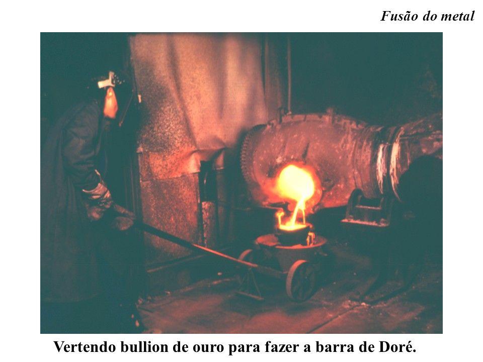 Vertendo bullion de ouro para fazer a barra de Doré.