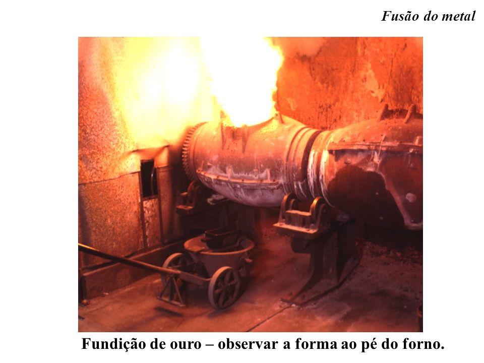 Fundição de ouro – observar a forma ao pé do forno.