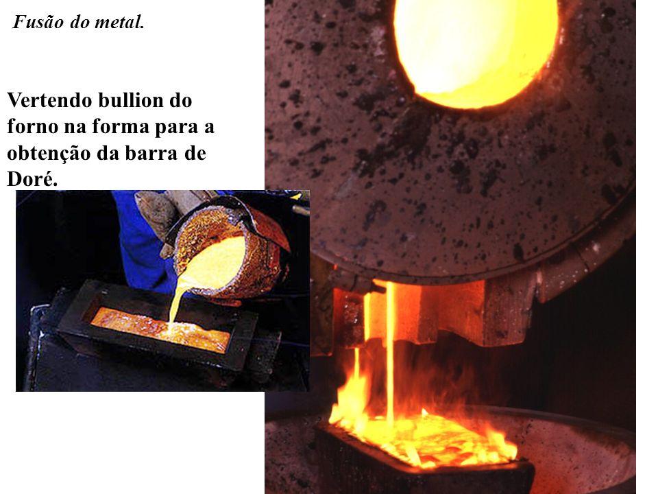 Vertendo bullion do forno na forma para a obtenção da barra de Doré.