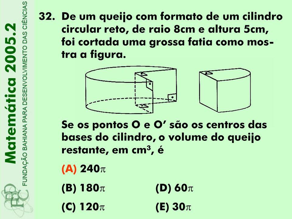 De um queijo com formato de um cilindro circular reto, de raio 8cm e altura 5cm, foi cortada uma grossa fatia como mos-tra a figura.