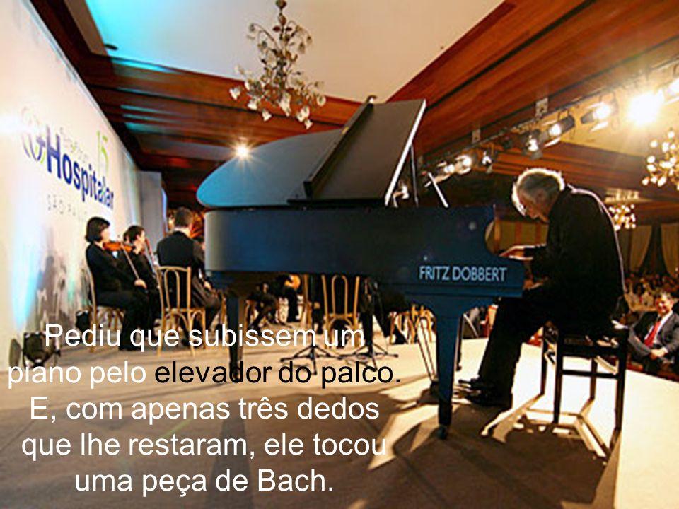 Pediu que subissem um piano pelo elevador do palco