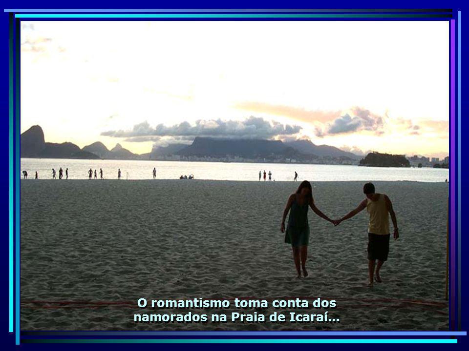 O romantismo toma conta dos namorados na Praia de Icaraí…