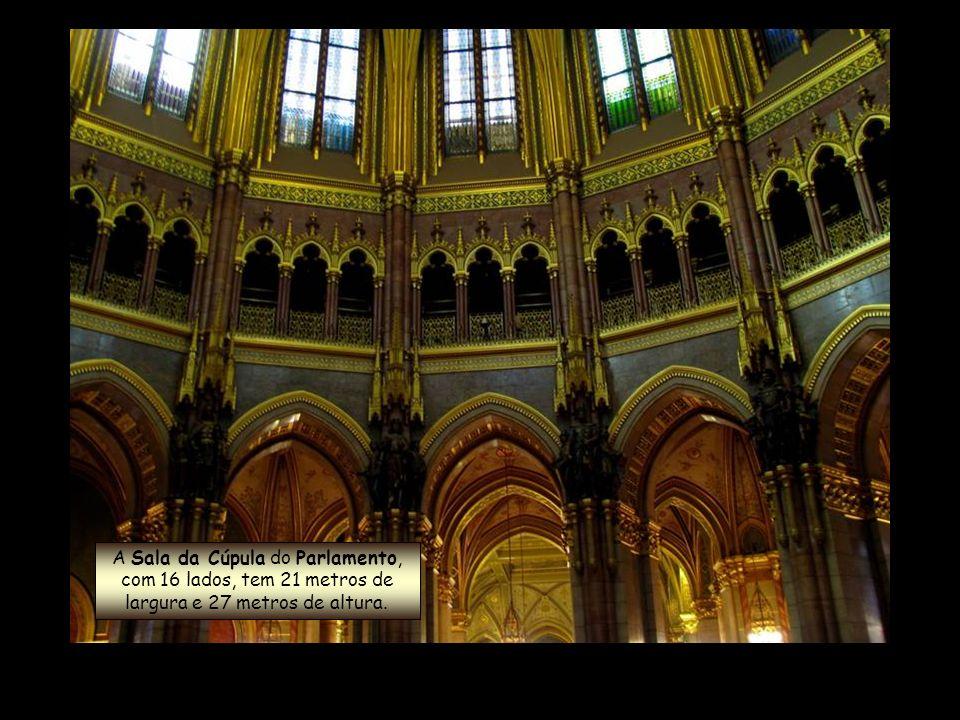 A Sala da Cúpula do Parlamento, com 16 lados, tem 21 metros de largura e 27 metros de altura.