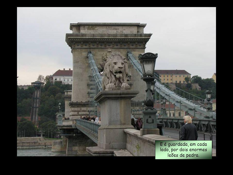 E é guardada, em cada lado, por dois enormes leões de pedra.
