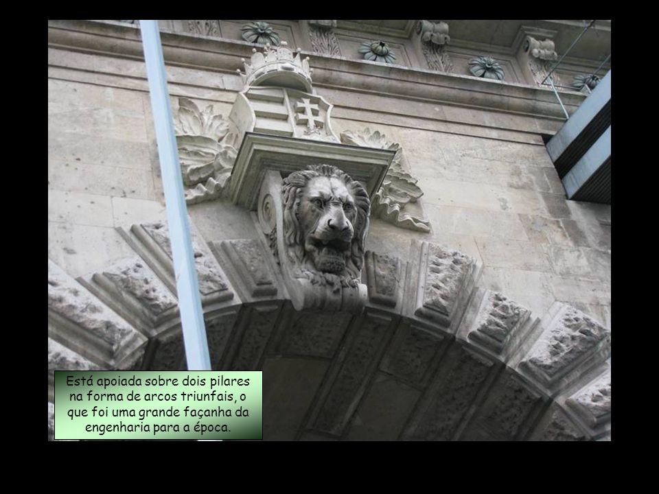 Está apoiada sobre dois pilares na forma de arcos triunfais, o que foi uma grande façanha da engenharia para a época.