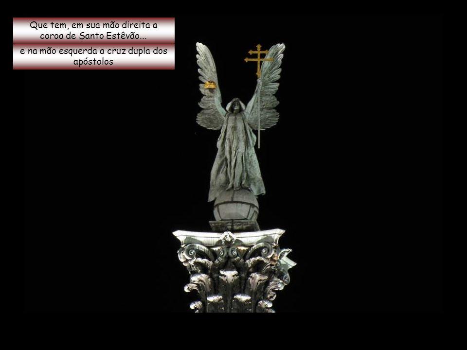 Que tem, em sua mão direita a coroa de Santo Estêvão...