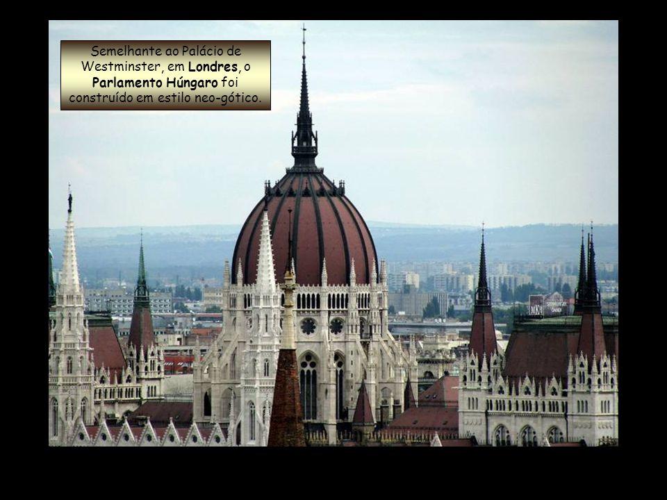 Semelhante ao Palácio de Westminster, em Londres, o Parlamento Húngaro foi construído em estilo neo-gótico.