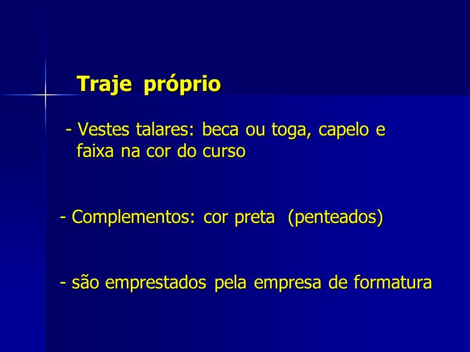Traje próprio - Vestes talares: beca ou toga, capelo e faixa na cor do curso - Complementos: cor preta (penteados) - são emprestados pela empresa de formatura