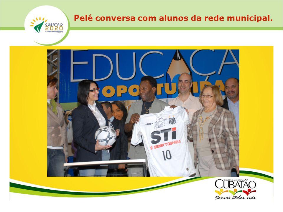 Pelé conversa com alunos da rede municipal.