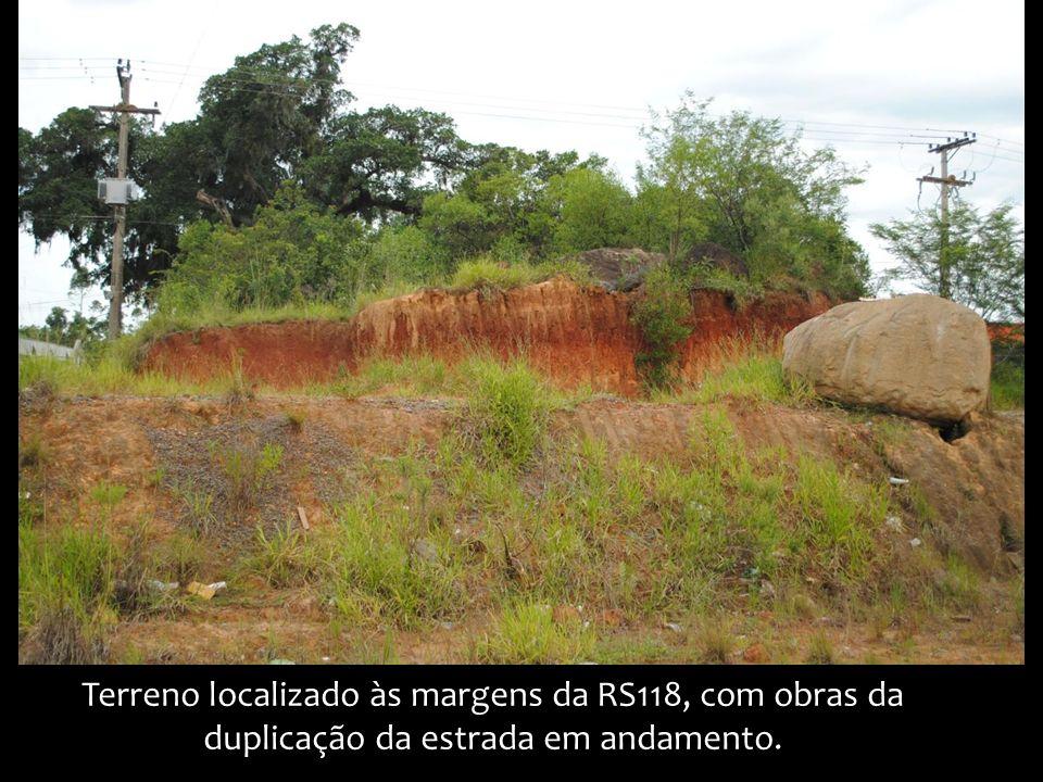 Terreno localizado às margens da RS118, com obras da duplicação da estrada em andamento.