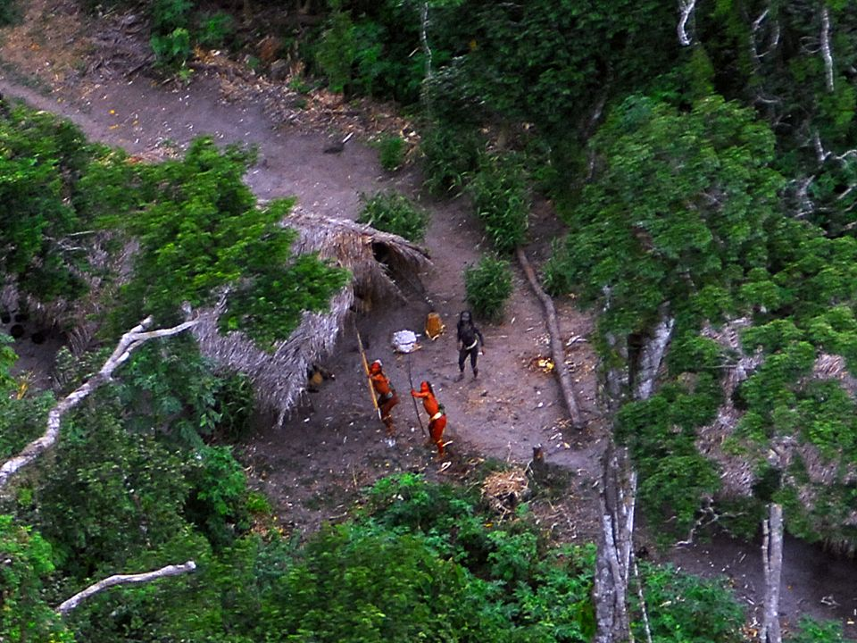 Indios isolados que vivem no ACRE, próximo a fronteira com o PERU em imagem registrada pela FUNAI e divulgada por JOSÉ CARLOS MEIRELLES, membro do departamento dos índios isolados, que esta há 37 anos na FUNAI