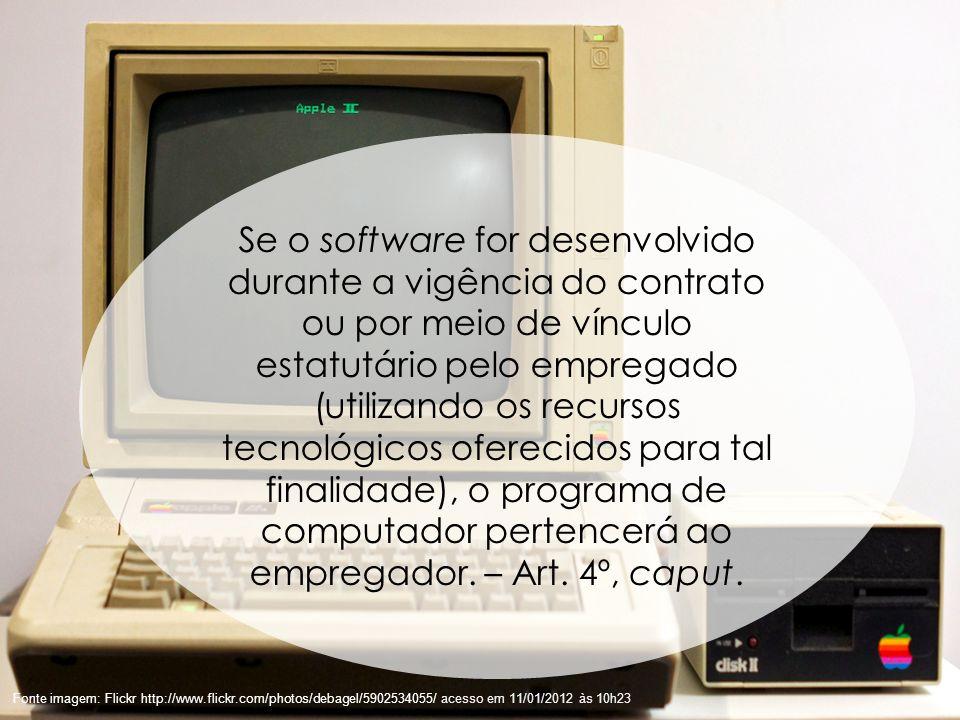 Se o software for desenvolvido durante a vigência do contrato ou por meio de vínculo estatutário pelo empregado (utilizando os recursos tecnológicos oferecidos para tal finalidade), o programa de computador pertencerá ao empregador. – Art. 4º, caput.