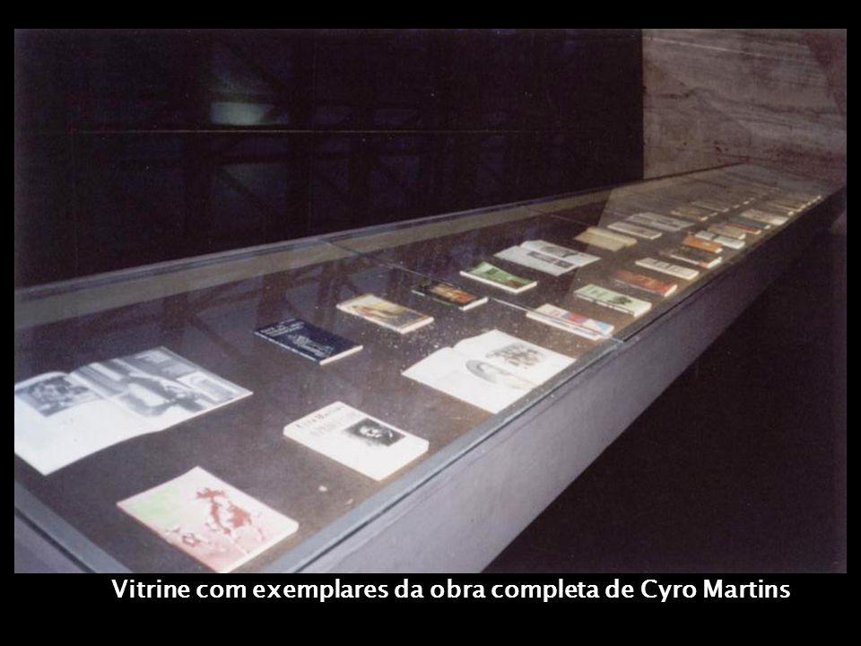 Vitrine com exemplares da obra completa de Cyro Martins