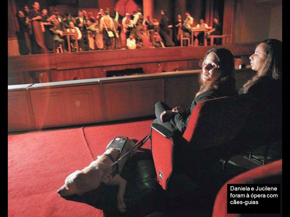 Daniela e Jucilene foram à ópera com cães-guias