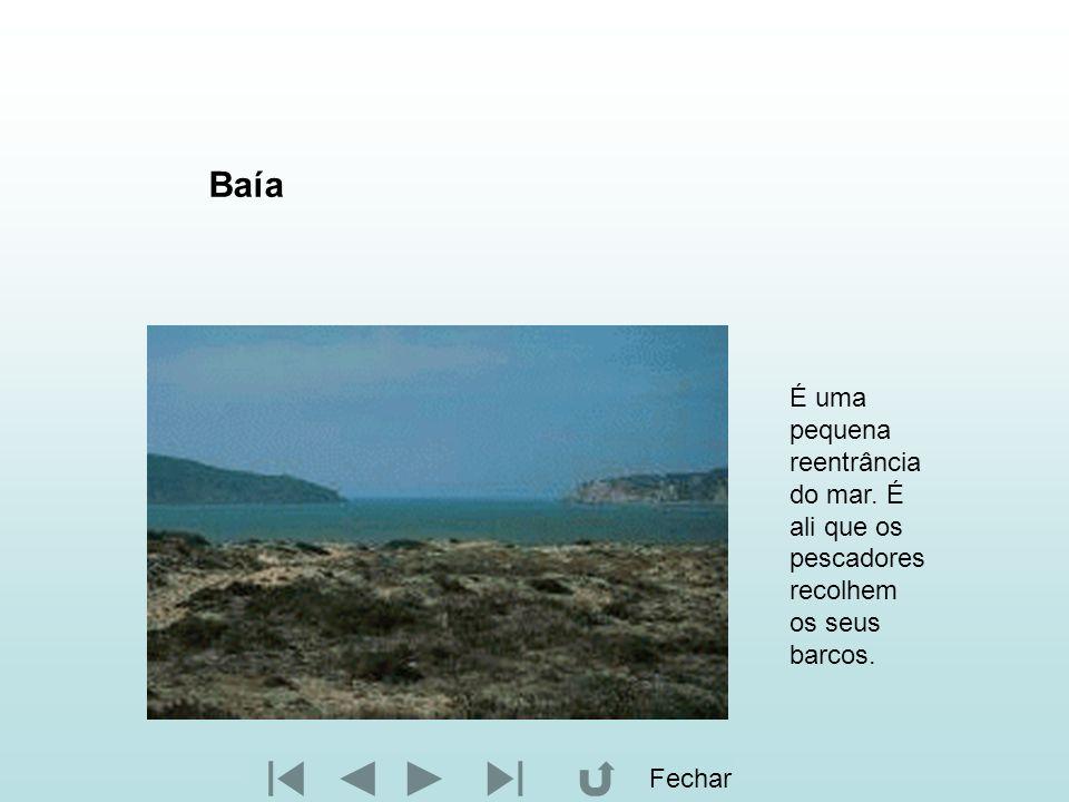 Baía É uma pequena reentrância do mar. É ali que os pescadores recolhem os seus barcos. Fechar