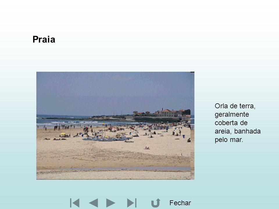 Praia Orla de terra, geralmente coberta de areia, banhada pelo mar.