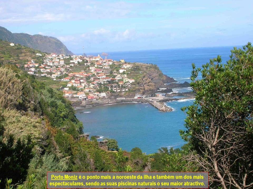 Porto Moniz é o ponto mais a noroeste da ilha e também um dos mais espectaculares, sendo as suas piscinas naturais o seu maior atractivo.