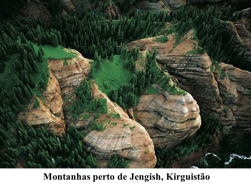 Montanhas perto de Jengish, Kirguistão