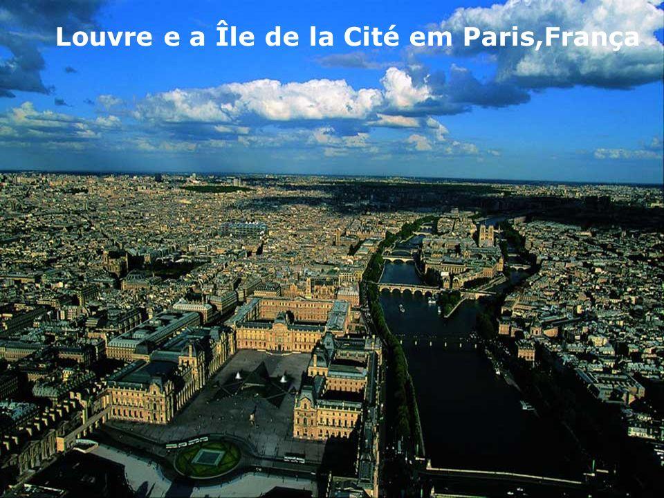 Louvre e a Île de la Cité em Paris,França