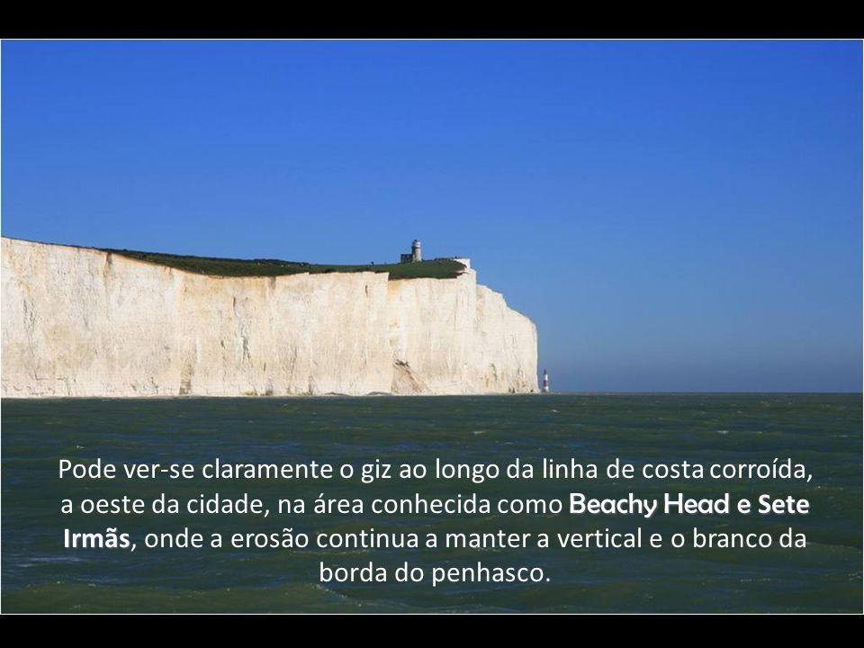 Pode ver-se claramente o giz ao longo da linha de costa corroída, a oeste da cidade, na área conhecida como Beachy Head e Sete Irmãs, onde a erosão continua a manter a vertical e o branco da borda do penhasco.