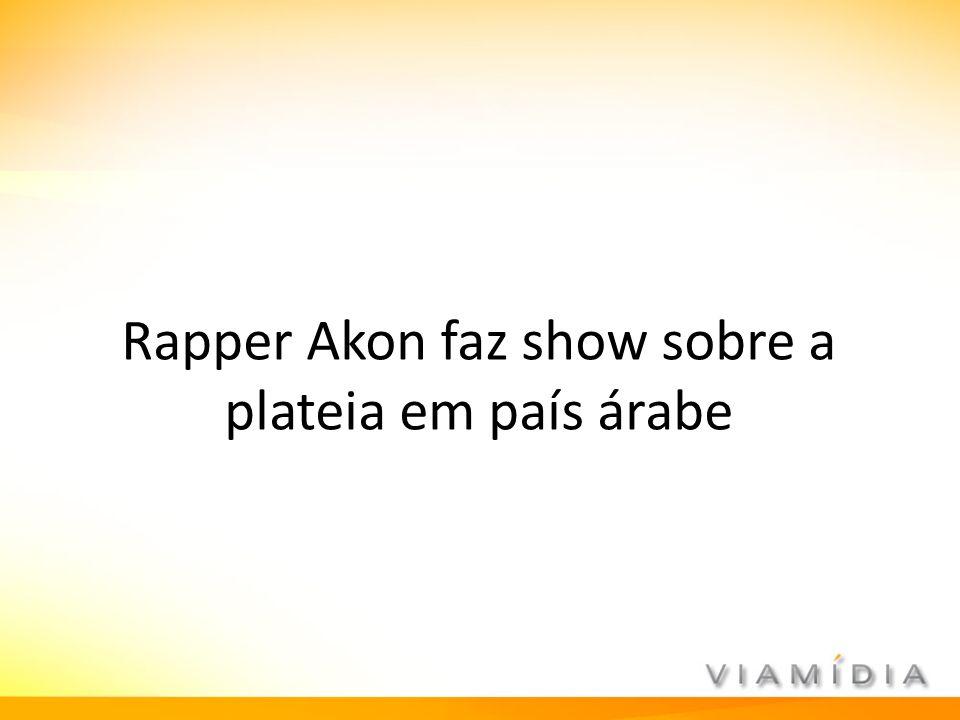 Rapper Akon faz show sobre a plateia em país árabe